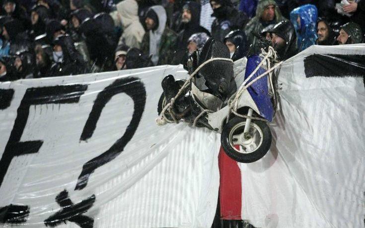 Ένα μηχανάκι κρέμασαν οι οπαδοί του ΠΑΟΚ στην Τούμπα