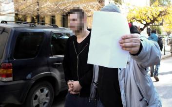 Στον ανακριτή ο 29χρονος που κατηγορείται ότι βίασε δύο κορίτσια στο διαμέρισμά του στη Δάφνη