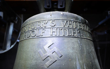Στη θέση της θα παραμείνει καμπάνα που είναι αφιερωμένη στον Χίτλερ