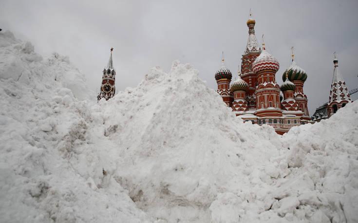 Σε λευκή «πολιορκία» η Μόσχα