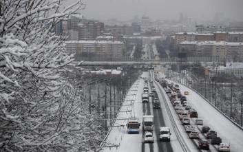 Έναν αιώνα είχαν να δουν τόσο χιόνι στη Μόσχα