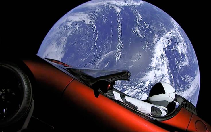 Το κρυμμένο μήνυμα για τους εξωγήινους που έβαλε ο Elon Musk στο διαστημικό Tesla του