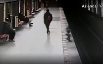 Πιτσιρίκι βούτηξε στις γραμμές του μετρό ένα λεπτό πριν καταφτάσει ο συρμός