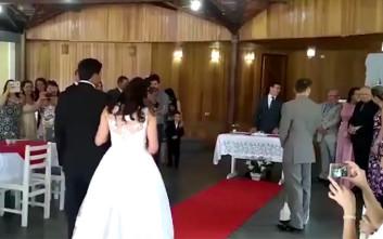 Γαμήλιο εμβατήριο διακόπτεται άρον-άρον όταν αρχίζουν να ακούγονται σεξουαλικά βογγητά!