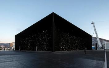 To σκοτεινότερο κτίριο του κόσμου περιμένει να σε καταπιεί στη μαυρίλα του