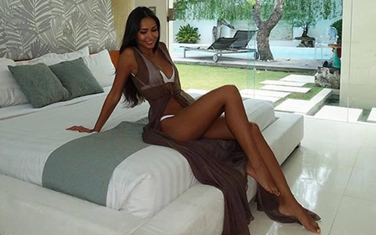 Το μελαχρινό μοντέλο με το καλλίγραμμο και ηλιοκαμένο κορμί