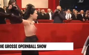 Γυμνόστηθη Femen «περπάτησε» στο κόκκινο χαλί της Όπερας της Βιέννης