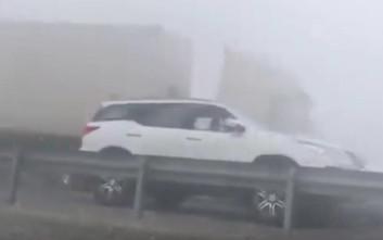 Φορτηγό παρασύρει αυτοκίνητα λόγω της ομίχλης