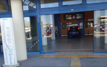 Μπούκαρε με το αμάξι του στα εκδοτήρια του Προαστιακού στην Κόρινθο