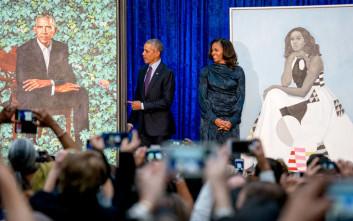 O Ομπάμα αυτοσαρκάζεται για τα αυτιά του και τα γκρίζα μαλλιά του