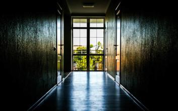 Πατέρας έκλεισε με την κόρη του δωμάτιο ξενοδοχείου, τον κατηγόρησαν για παιδοφιλία