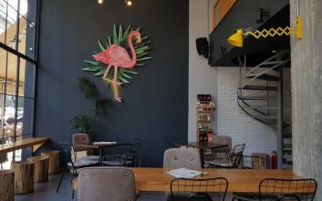 Το Flamingo στο Παγκράτι έχει εξωτική διάθεση και ενδιαφέρουσες γευστικές ιστορίες να σου πει