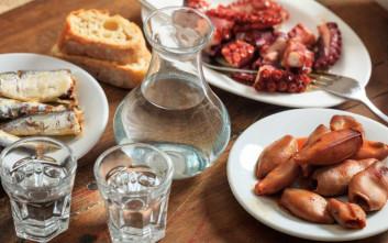 Τρώμε νόστιμα μεζεδάκια σε στοές της Αθήνας