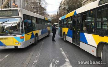 Λεωφορεία εγκλωβίστηκαν λόγω της διαμαρτυρίας των καθαριστριών