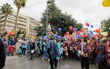 Παρέλαση των μικρών καρναβαλιστών στην Πάτρα υπό την «απειλή» βροχής