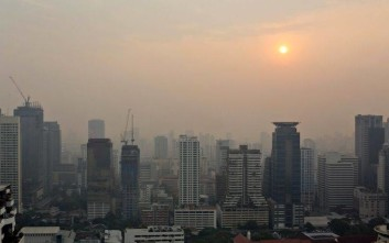 Smog lingers as the sun rises over Bangkok, Thailand, Tuesday, Jan. 23, 2018. Bangkok Real-time Air Quality Index shows unhealthy level of PM2.5 in the day. (AP Photo/Gemunu Amarasinghe)