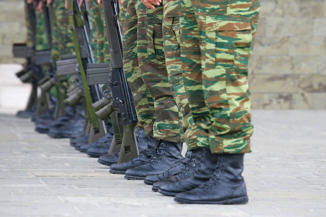 Βγαίνω με έναν στρατιώτη του στρατού μας