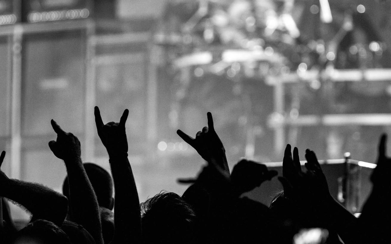 Μια εποχή χωρίς ίντερνετ, με δραχμές, άγνοια κινδύνου και μουσική «αλητεία»