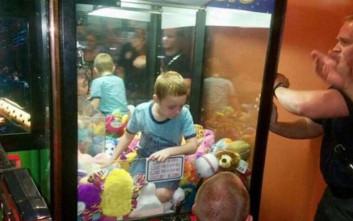 Αγόρι εγκλωβίστηκε μέσα σε μηχάνημα με λούτρινα