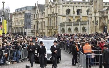 Πλήθος κόσμου στο τελευταίο αντίο στον Στίβεν Χόκινγκ