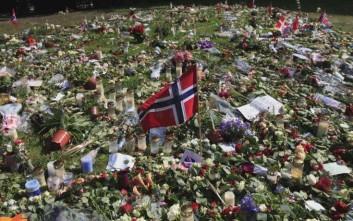 ARCHIV: A Norwegian flag is seen among flowers and tributes laid outside the Oslo Cathedral in Oslo, Norway in memory of the victims of July 22 bomb attack and shooting rampage (Foto vom 30.07.11). Vor bald zehn Jahren kaperten Terroristen vier US-Verkehrsflugzeuge und steuerten zwei davon in die Zwillingstuerme des World Trade Centers in New York und eines ins Pentagon. Die letzte Maschine stuerzte auf freiem Feld ab. Fast 3.000 Menschen starben, tausende wurden verletzt. Die Flugzeugentfuehrer gehoerten zur islamistischen Terrororganisation Al-Kaida, deren damaliger Anfuehrer Osama bin Laden im Mai dieses Jahres von einer US-Eliteeinheit in Pakistan aufgespuert und erschossen wurde. Die Nachrichtenagentur dapd dokumentiert eine Uebersicht von Terroranschlaegen seit damals: (zu dapd-Text) Foto: Lefteris Pitarakis/AP/dapd