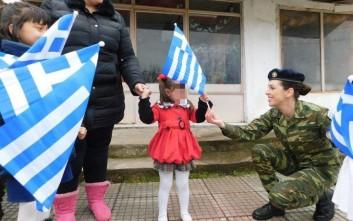 Αξιωματικοί του Στρατού Ξηράς μοίρασαν σημαιάκια σε μικρά παιδιά