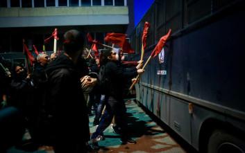 Νέες συγκρούσεις και χημικά έξω από το ξενοδοχείο που μιλάει ο Αλέξης Τσίπρας