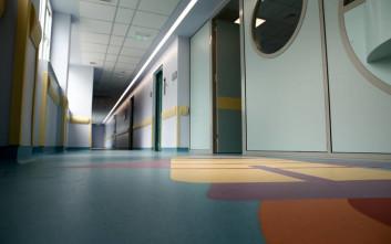 Μάχη ζωής για τον 7χρονο που καταπλακώθηκε από σιδερένια πόρτα