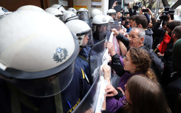 Συλλαλητήριο ενάντια στους πλειστηριασμούς με εντάσεις στη Θεσσαλονίκη