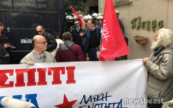 Κλούβα των ΜΑΤ έξω από συμβολαιογραφείο που θα γίνει πλειστηριασμός