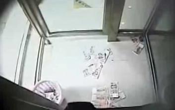 Σπασμένο ATM άρχισε να πετάει λεφτά