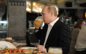 Πούτιν: Κατά διαστήματα η Μέρκελ μού στέλνει μερικά μπουκάλια μπύρας