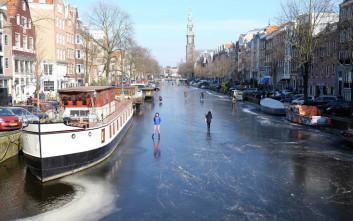 «Παγοδρόμιο» τα κανάλια του Άμστερνταμ