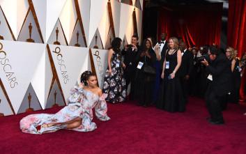 Τραγουδίστρια ξάπλωσε στο κόκκινο χαλί των Όσκαρ για να φωτογραφηθεί