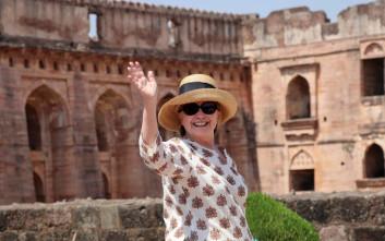 Η Χίλαρι Κλίντον γλίστρησε σε σκαλοπάτια στην Ινδία
