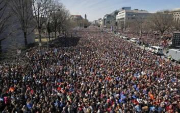 Εκατοντάδες χιλιάδες νέοι στους δρόμους των ΗΠΑ κατά των πυροβόλων όπλων