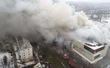 Μεγαλώνει διαρκώς η μακάβρια λίστα από τη φωτιά σε εμπορικό κέντρο στη Σιβηρία