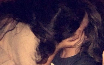Έπιασε το κορίτσι του να φιλιέται με άλλον και σκέφτηκε δημιουργικά