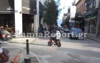 Νεαρός με μικροσκοπικό μηχανάκι αναστάτωσε το κέντρο της Λαμίας