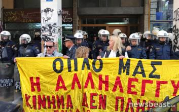 Διαμαρτυρία έξω από συμβολαιογραφείο στα Εξάρχεια για τους πλειστηριασμούς
