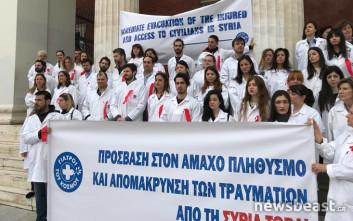 Με... ματωμένες ιατρικές ποδιές για τη Συρία οι «Γιατροί του Κόσμου»
