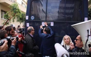 Ο Λαφαζάνης κόλλησε αυτοκόλλητα κατά των πλειστηριασμών στην κλούβα των ΜΑΤ