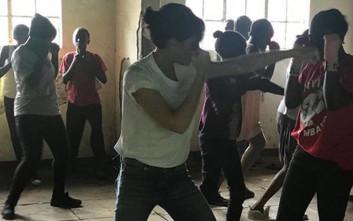 Η Βικτόρια Μπέκαμ παίζει μποξ στην Κένυα