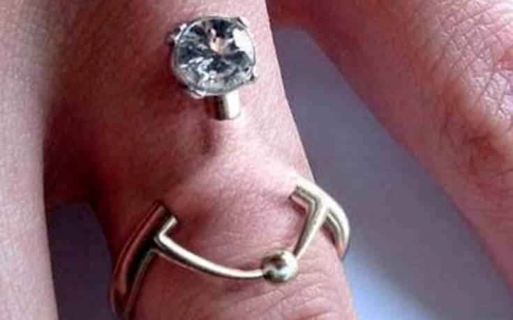 Ξεχάστε το παραδοσιακό δαχτυλίδι, η μόδα προστάζει τώρα… γαμήλιο piercing