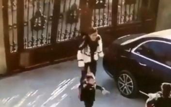 Μητέρα και γιος γλύτωσαν στο τσακ από μεταλλική πόρτα που θα τους πλάκωνε