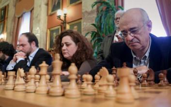 Έπαιξαν σκάκι στη Βουλή