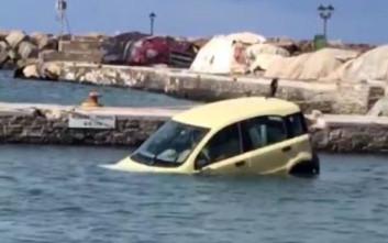 Ξέχασε το χειρόφρενο και το αμάξι έκανε «βουτιά» στη θάλασσα