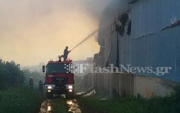 Μάχη με τις φλόγες σε αποθήκη ξυλείας στα Χανιά