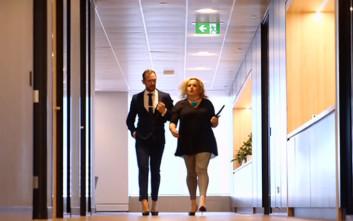 Γνωρίστε τον άντρα που πάει στη δουλειά με κοστούμι και… ψηλοτάκουνα