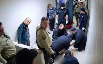 Δεσμοφύλακες γελούν κοιτώντας κρατούμενο να ξεψυχάει